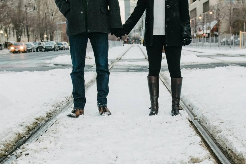 Foto von zwei Personen, die auf schneebedeckter Straße stehen