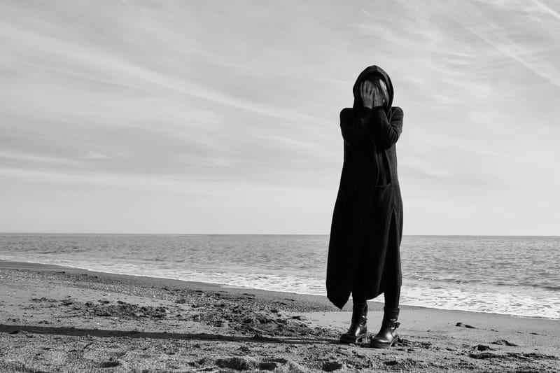 Frau am Strand stehen