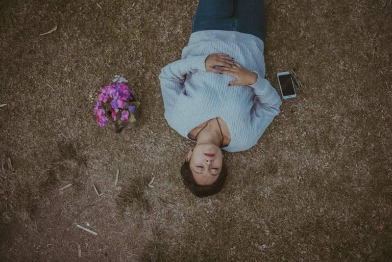 Frau auf Gras liegend