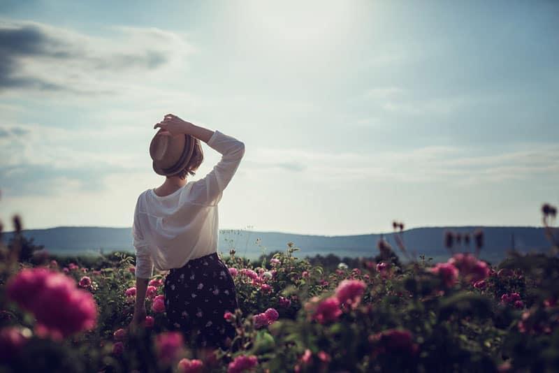 Frau auf dem Gebiet der Blumen