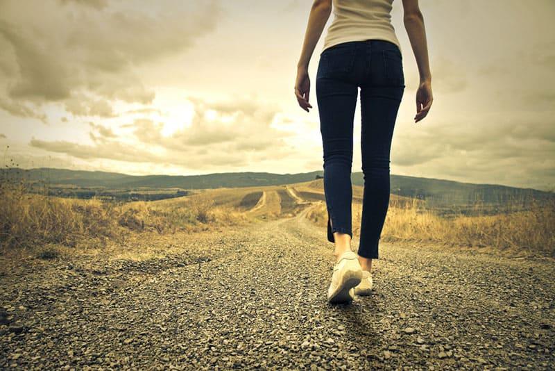 Frau, die alleine auf der Straße geht