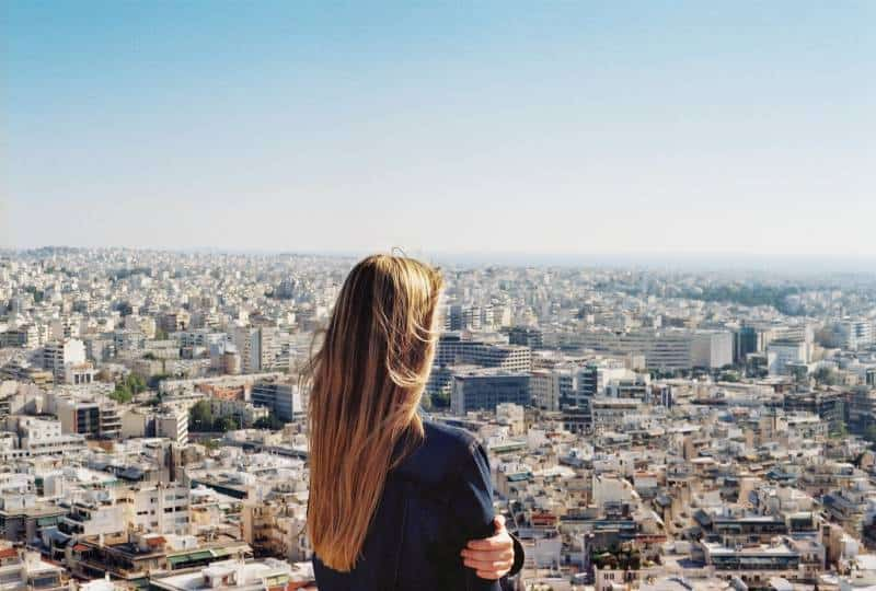 Frau, die auf Stadtansicht steht