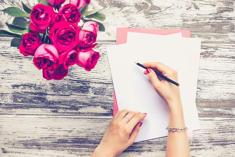 Frau, die einen Brief zum Geburtstag schreibt