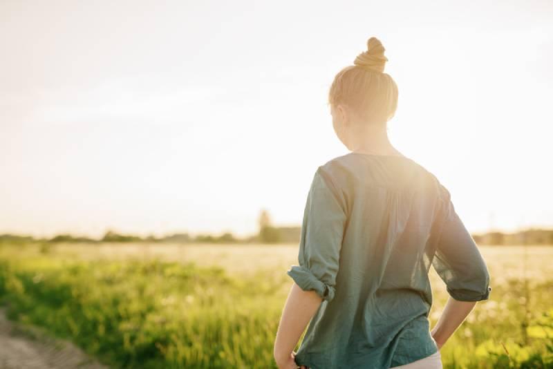 Frau, die im Grasfeld geht