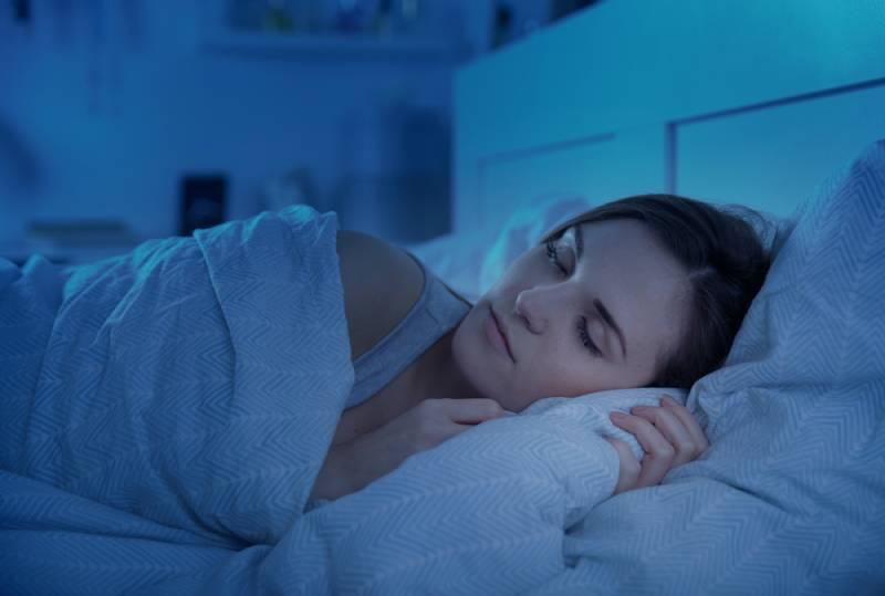 Frau, die nachts friedlich im Bett schläft