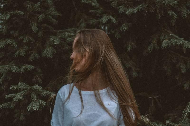 Frau, die nahe Baum steht