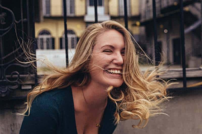 Frau, die nahe Wand lächelt