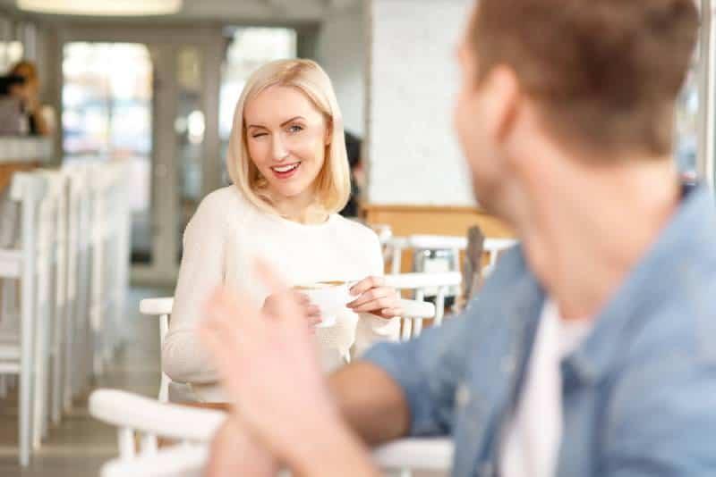 Frau flirtet mit Mann in Kaffeebar