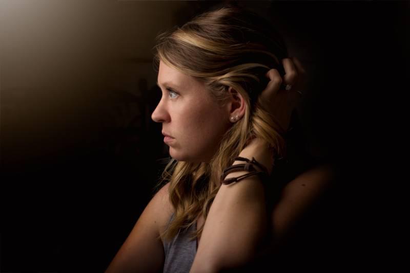 Frau hält ihre Haare