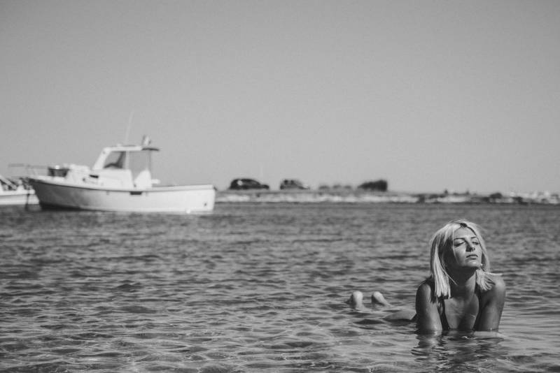 Frau im Gewässer