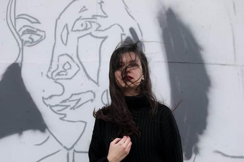 Frau im schwarzen Pullover