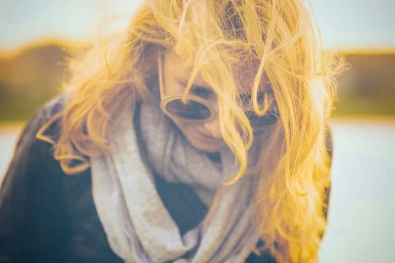 Frau im schwarzen und grauen Schal