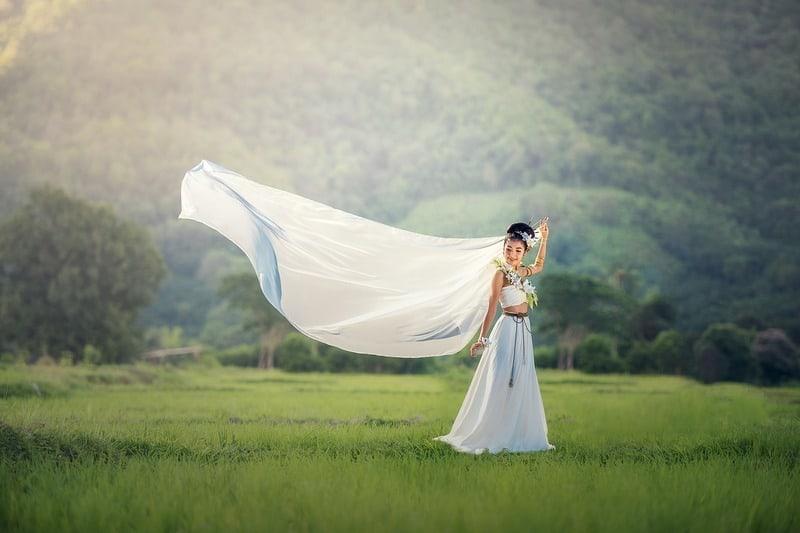 Frau im weißen Kleid im Feld