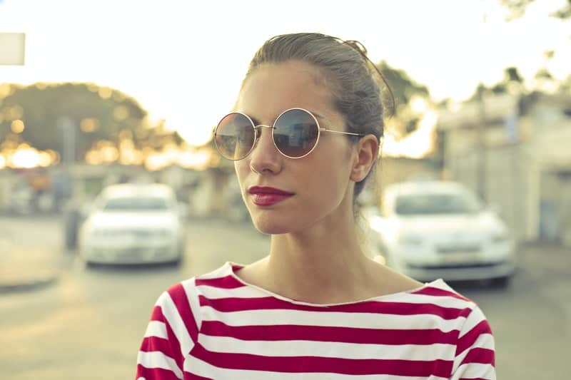 Frau in Brille und T-Shirt mit Streifen