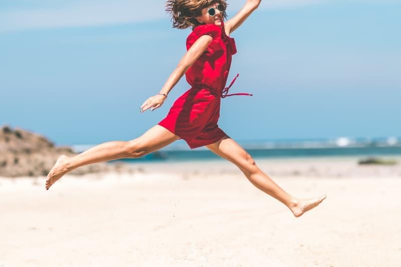 Frau in roten Sprüngen