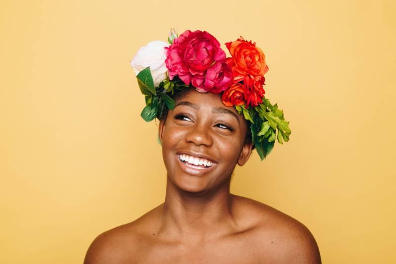 Frau lächelnd tragen Blumenkrone