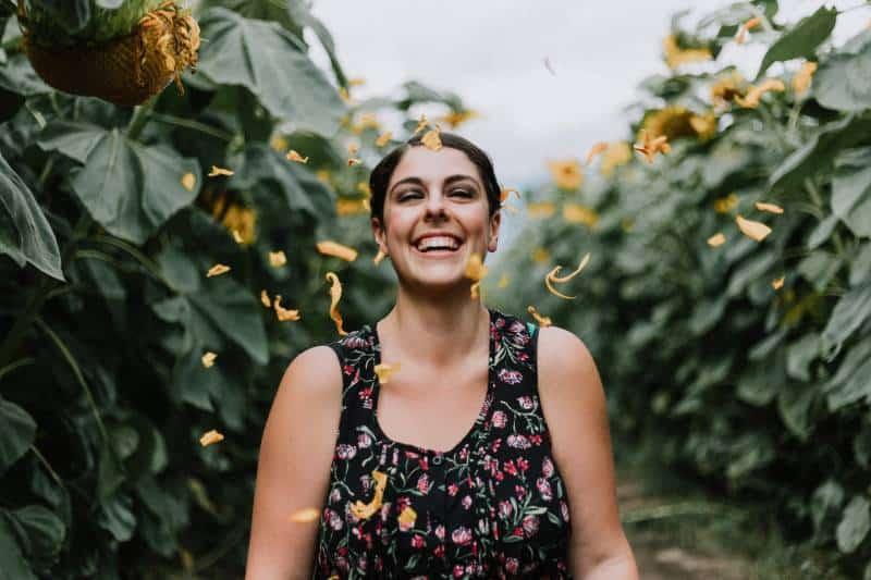 Frau lächelt draußen
