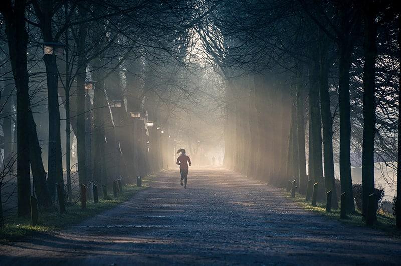 Frau läuft auf der Straße