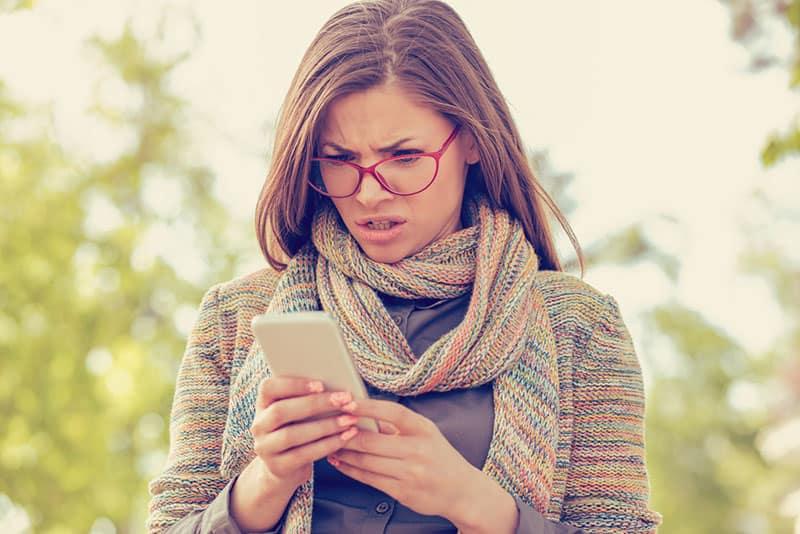 Frau mit Brille am Telefon