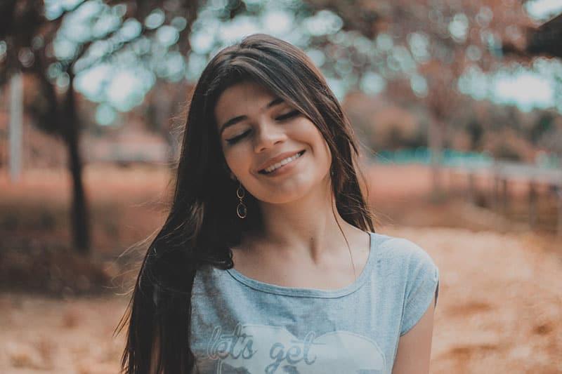 Frau mit geschlossenen Augen lächelnd