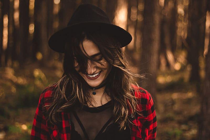 Frau mit lächelndem Hut