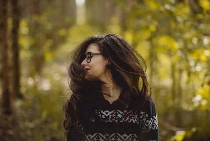 Frau posiert in der Natur