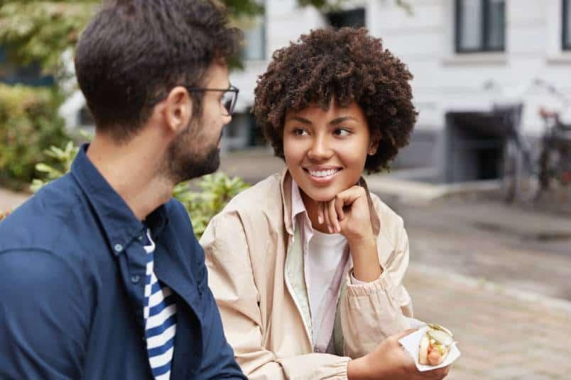Frau schaut Mann an, während er spricht
