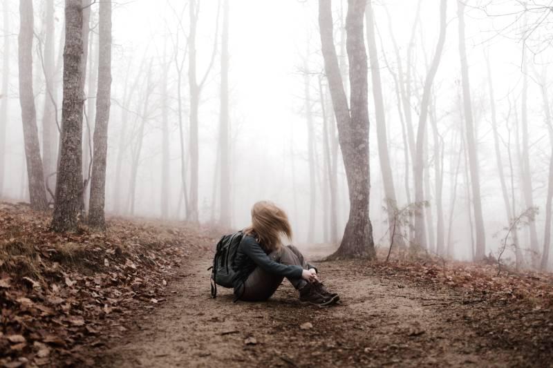 Frau sitzt an Land