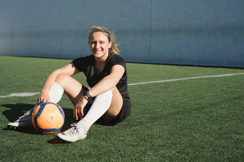 Frau spielt Fußball