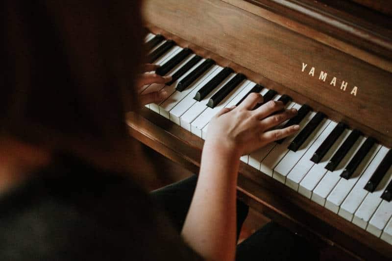 Frau spielt Yamaha Klavier