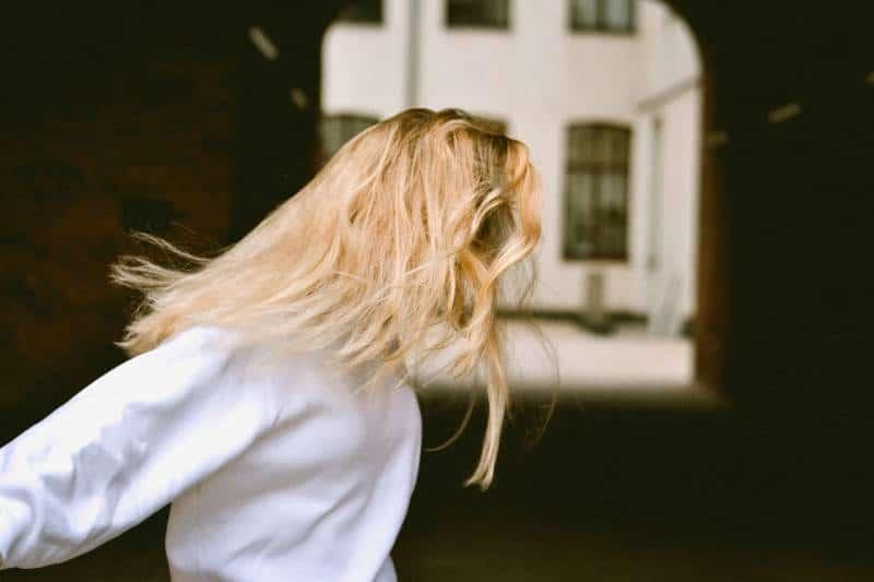 Frau trägt weiße lange Ärmel draußen