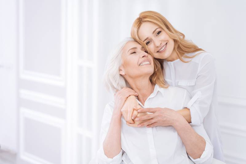 Frau umarmt seine Mutter