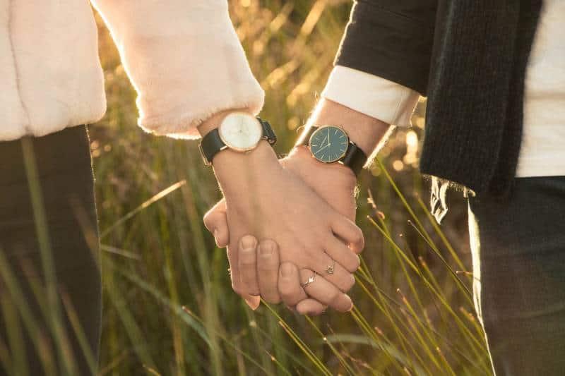 Frau und Mann Hand halten