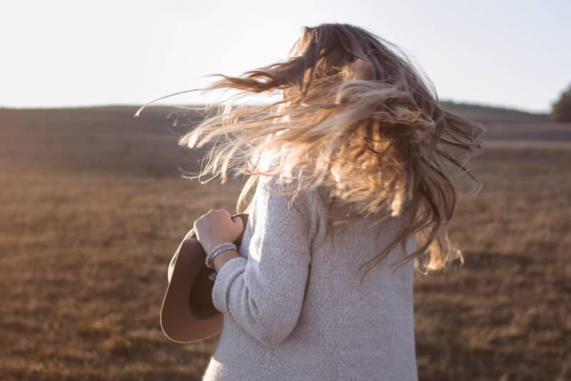 Frau winkt mit den Haaren