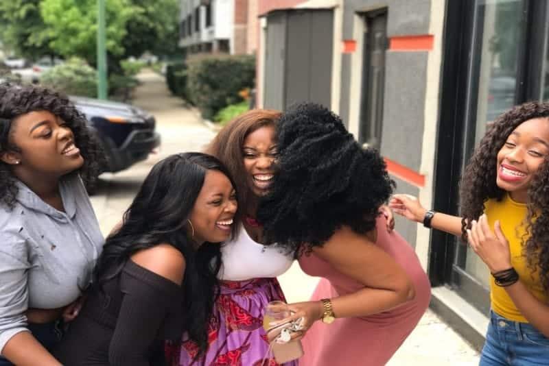 Frauen lachen tagsüber draußen