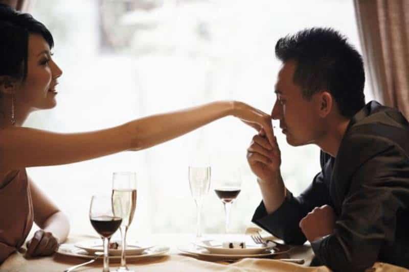 Frauenhand im Restaurant küssen