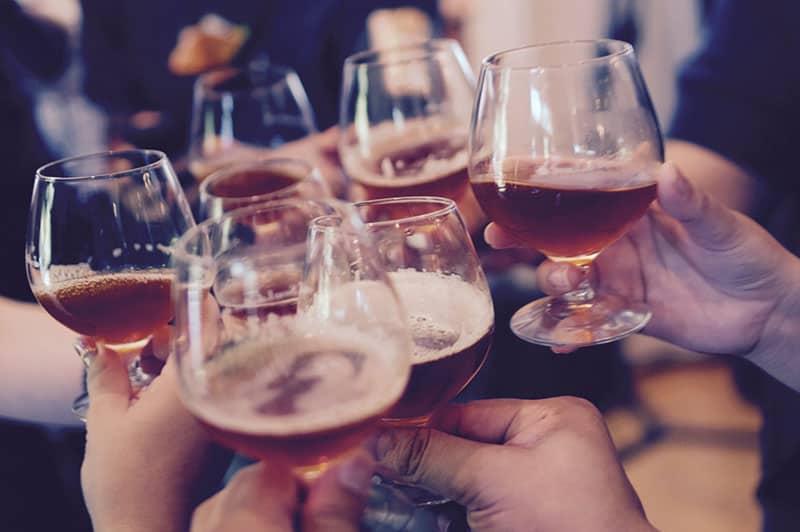 Freunde, die Bier trinken