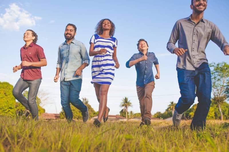 Freunde laufen auf Rasenfläche