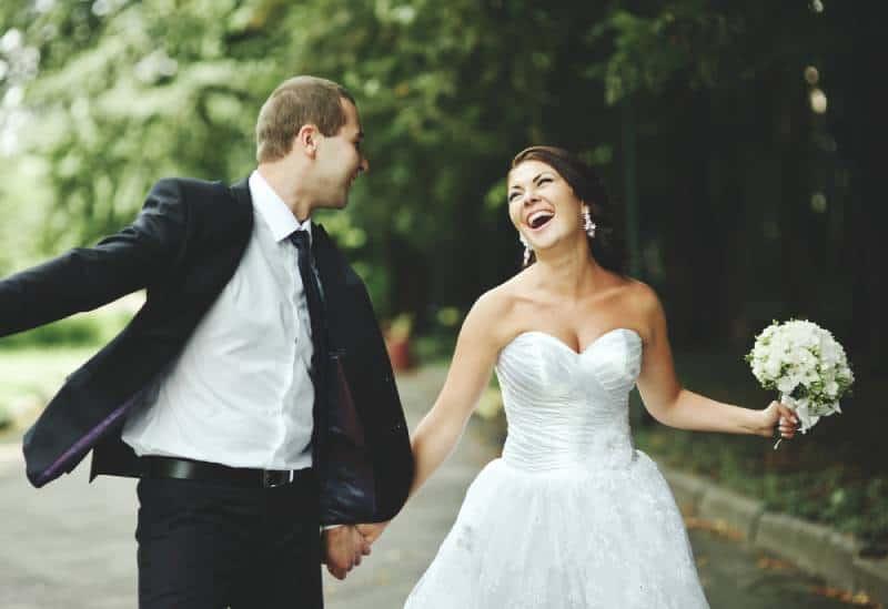Frisch verheiratetes Paar wird verrückt. Bräutigam und Braut zusammen.