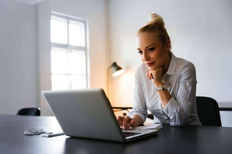 Geschäftsfrau, die Nachrichten im Web liest