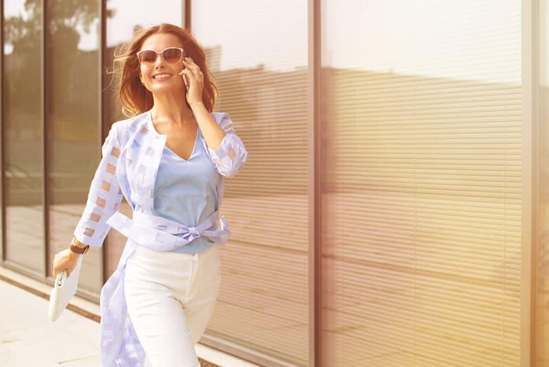 Geschäftsfrau, die glücklich geht