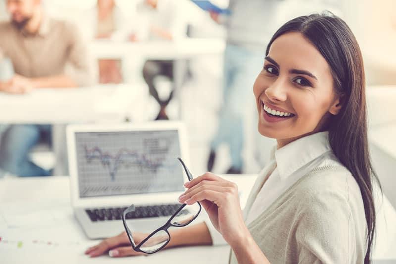Geschäftsfrau lächelnd