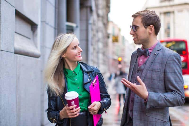 Geschäftspaar spricht draußen