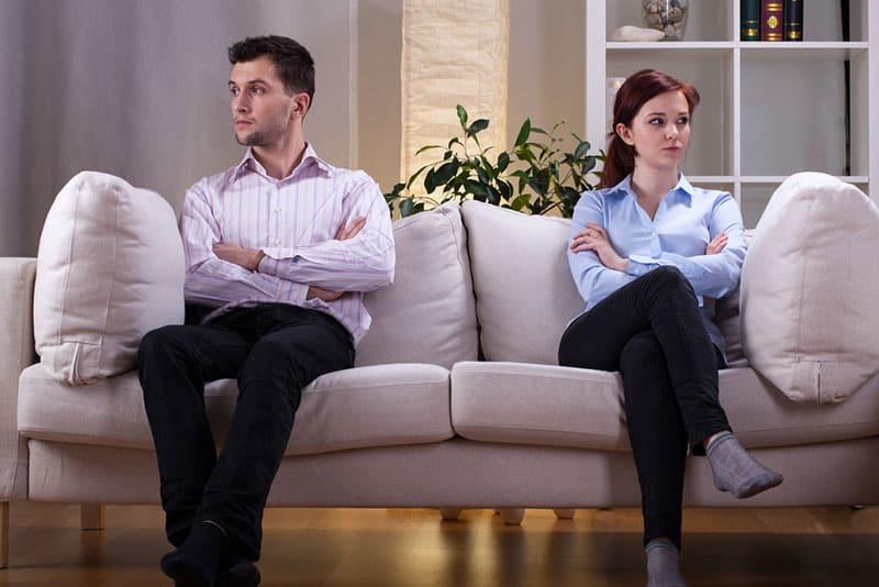 Geschwister streiten sich auf dem Sofa
