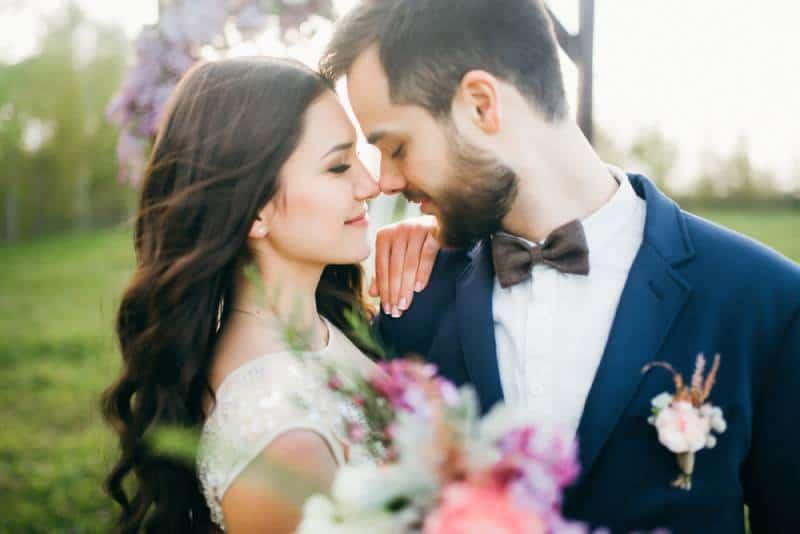 Glückliche Braut und Bräutigam nach der Hochzeitszeremonie