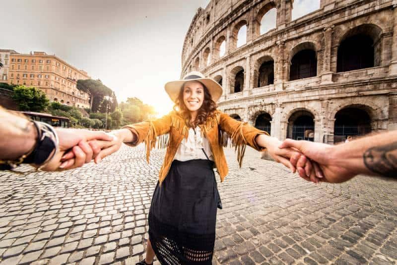 Glückliche Touristen, die berühmte Orte in Italien besuchen