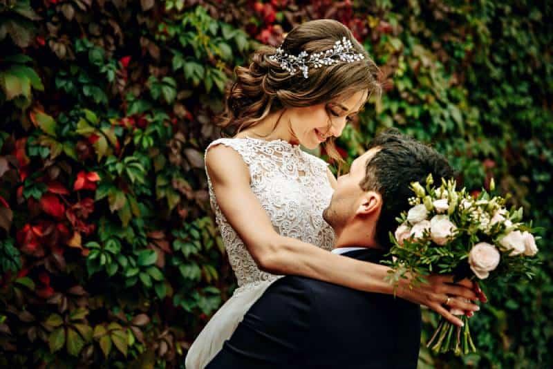 Glückliche junge Braut und Bräutigam an ihrem Hochzeitstag.