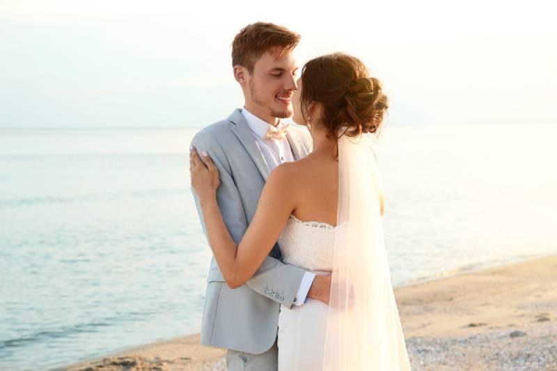 Glückliches Hochzeitspaar am Strand