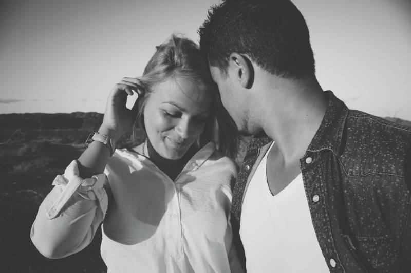 Graustufenfotografie von Mann und Frau