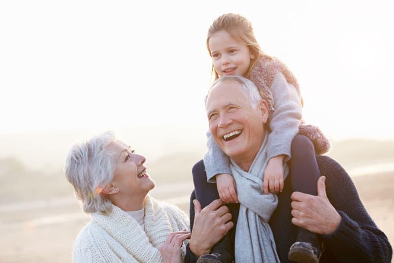 Großeltern haben Spaß mit ihrer Enkelin